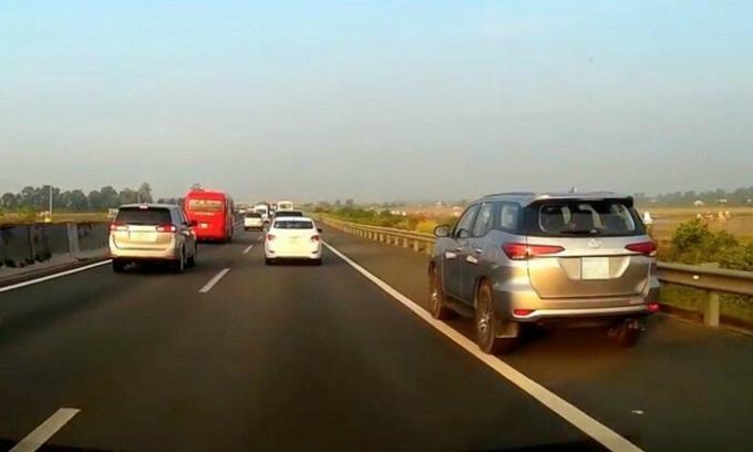 Lỗi đi vào làn dừng xe khẩn cấp trên đường cao tốc