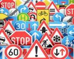 Các biển báo giao thông đặt trước ngã ba, ngã tư